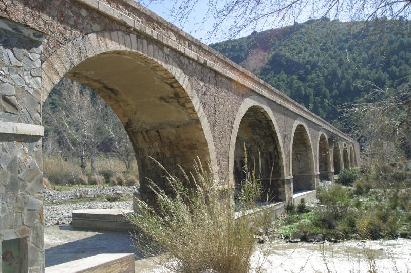 Puente de los 7 ojos que cruza el rio guadalfeo uniendo la ladera de Sierra Nevada con Sierra de Lujar